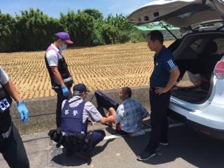 埔頂派出所員警立即與報案的九斗里里長彭勝康及救護人員,共同將姜民移離水圳。