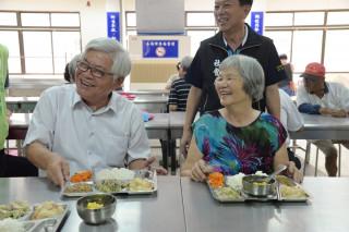 不少長者吃的津津有味,還開玩笑說縣長打的菜特別好吃。(圖/雲縣府提供)
