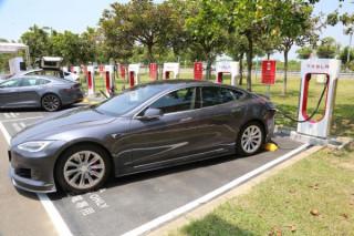 Tesla超級充電站奇美博物館啟用 充電20分鐘跑300公里