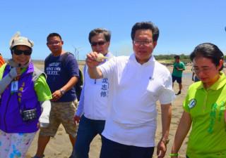 鄭文燦市長(右二)與立委陳賴素美親自到現場了解藻礁生態。