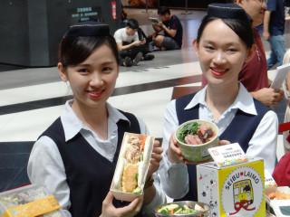 台鐵局在7月21日~24日的台灣美食展中,與JR東日本、西武鐵道、京濱急行電鐵、歐洲瑞士冰河列車等鐵道公司參展合作,聯合推出第三屆鐵路便當節,民眾有機會在台灣美食展,一嘗各國各鐵道公司推出的鐵道便當。(圖/台鐵)