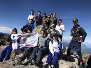 學生們成功攀登玉山,在峰頂合照留念。