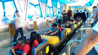家扶中心的小朋友體驗最夯虛擬實境雲霄飛車。〈記者吳素珍攝〉