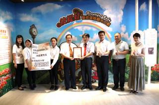 台首大校長許光華聘洪佳寶(左四、五)為兼任講座教授。
