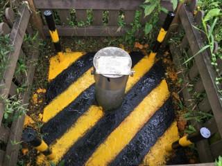 基隆市環保局針對25口監測井進行外觀油漆粉刷及環境整理,再據以維護修繕,達確保監測地下水品質功能。(圖/基隆市政府環保局提供)