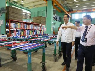 市長朱立倫21日走訪位於樹林區的宏于電機有限公司。(圖/記者黃村杉攝)