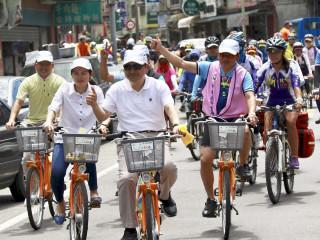 副市長侯友宜與民眾一同騎乘you-bike體驗不一樣的「鐵馬文藝風路線」。(圖/記者黃村杉攝)