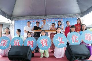 朱立倫與新住民小朋友一起製作大型的「四寶越南法式麵包」。(圖/記者黃村杉攝)