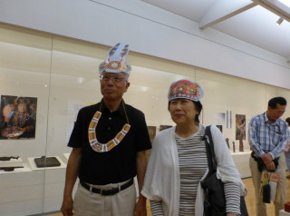 臺灣排灣族文化特展,不少日人對排灣族琉璃珠、青銅刀和陶壺等三寶感到好奇。(圖/十三行提供)