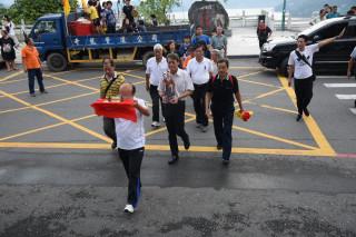 文武廟董事長張德林率領多位廟方董、監事,從上海浦東機場搭乘飛機,將月老神尊迎回台灣。