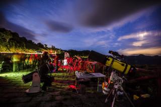 鳶峰美麗星空活動當天,現場有 20組專業天文望遠鏡及專業人士導覽解說。
