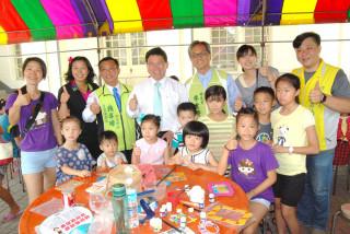 彰化市長邱建富為六月份親子DIY創作獲得優勝的小朋友頒獎