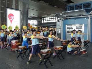 土庫國小學生在高鐵台中站演出。林重鎣攝