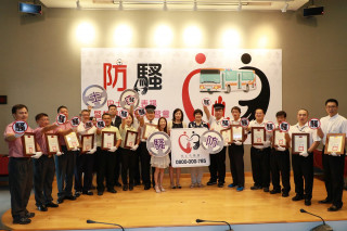 秘書長許育寧出席頒獎表揚14位協助防騷公車駕駛。(圖/記者黃村杉攝)