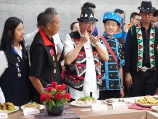 桃園市長鄭文燦親自品嚐「桃園魅力金三角」跨族裔美食料理。
