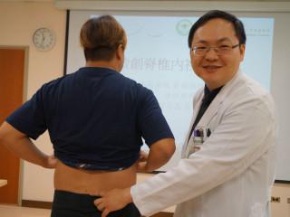 程正鑫醫師(右)施以35歲病人蘇先生(左)微創脊椎手術,傷口幾乎看不出。