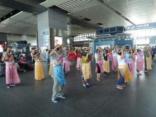 大雅樂齡族在高鐵台中站演出。林重鎣攝