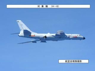 7月24日上午中共南部戰區兩批轟六轟炸機共4架,由台灣南部防空識別區(ADIZ)外,經巴士海峽後穿越宮古海域再返回原駐地。日本航空自衛隊亦派戰機監控中共轟六動態。(圖/日本防衛省統合幕僚監部)