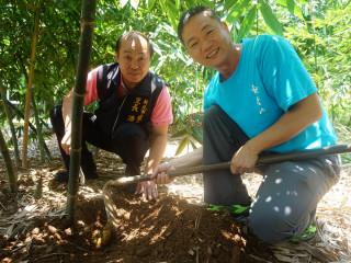 潘明宏曾獲新北市特優里長表揚,積極協助推廣地方農作,帶動青年返鄉務農的熱潮。(圖/記者黃村杉攝)