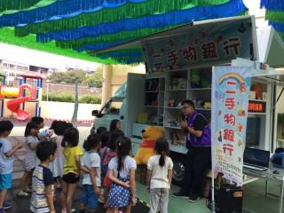 圖說:台中市府環保局「回收學園噗噗車」開進幼兒園,宣導環保回收教育,受到小朋友喜愛。
