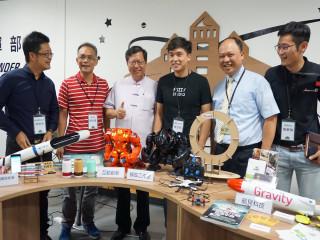 桃園市長鄭文燦訪視青創指揮部,讚許「FUZZY模弧工作室」的機器人為台灣爭光。