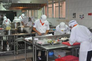 台首大烘焙系學生實習操作情形。