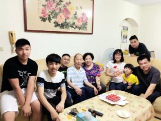 模範父親楊開端先生高齡96歲,雖歷經過去戰火洗禮與親人分離,他轉而將自身的愛奉獻予台灣的土地及家庭。(圖/板橋區公所提供)