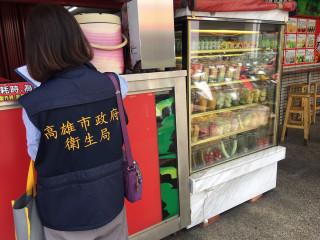 稽查人員稽查市售生鮮截切水果。(圖/記者郭文君攝)