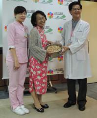 c肝口服新藥納入健保 受惠患者送蘿蔔糕感謝醫師
