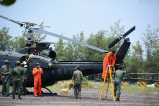 陸軍航指部一架UH-1H直升機、機號309迫降七股鹽山,截至中午仍在檢修中。(圖/記者黃芳祿攝)