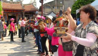 神像逐一接龍式恭迎到臨時行宮慶安宮