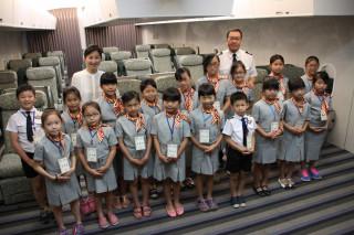 小朋友在空姐的協助下,把頭髮紥成空姐專屬的包包頭,並穿上小小空服員制服,小朋友個個成為小紳士及小淑女。