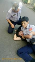保七總隊第二大隊北區水資源局小隊隊員將竊嫌逮捕後送辦。(記者陳寶印攝)