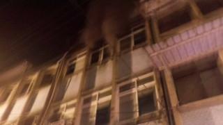 大溪中華路發生火警,火勢凶猛,濃煙四處可見,消防人員奮力搶救,但仍造成一死四嗆傷的悲劇。(圖/記者陳寶印攝)
