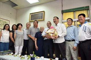 市長朱立倫在父親節前提了一籃水果禮盒,特地親臨三峽向當選今年度模範父親的84歲陳青波老先生道賀。(圖/記者黃村杉攝)