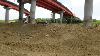 檢警在草屯平林橋下查獲一起假清淤真盜採案。(刑警大隊提供)