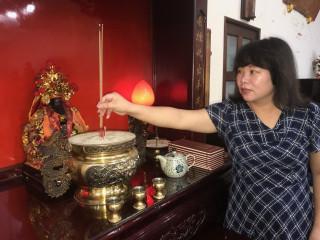 大陸籍台灣新娘林愛春,熱誠供奉海上飄流的的武財神像,傳奇事跡  遠播,信眾極多,可惜申請建廟卻未能如願。(記者陳榮昌攝)