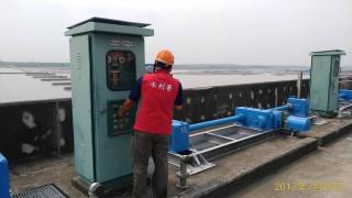 高屏溪攔河堰 - 進水口閘門操作盤試運轉。(圖/經濟部水利署南區水資源局提供)