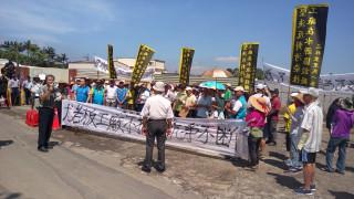 龍潭區上林里里民憂心工廠遷入會帶來污染,上午齊聚廠區外拉起白布條抗議。