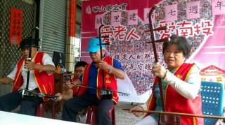 華山基金會埔里天使站設立7週年,舉辦感恩茶會,並由長輩二胡演奏及慧鋼琴音樂班表演,與其他長輩一同歡樂。