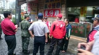 仁愛分局與消防等單位勸導民眾遊客撤離。(仁愛分局提供)