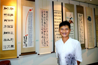 茶農書法家–莊一琳個人首展「茶香墨韻書法展」29日在南投縣文化中心,茶與樂雅致情境中開幕。