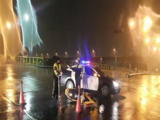 十九甲派出所員警冒雨處理車禍。林重鎣攝