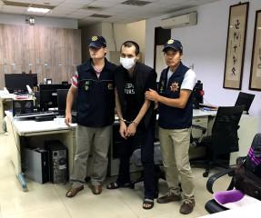南投縣埔里警分局員警不畏強颱風雨出擊,逮捕妨害自由擁槍自重的廖姓通緝犯。(埔里警分局提供)