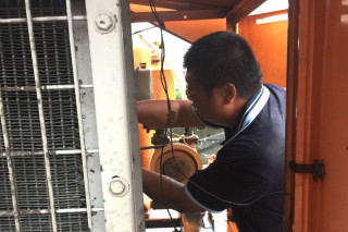抽水馬達一度啟動不了,檢修人員快速冒雨維修。(圖/記者黃芳祿攝)
