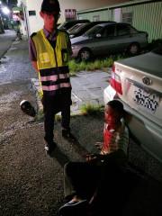 男子不勝酒力酒醉倒臥路旁,警意外查獲公共危險案