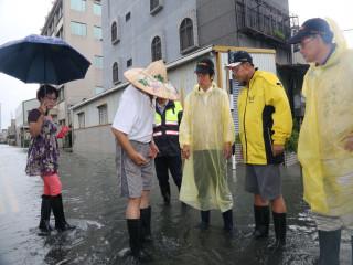 海棠颱風挾帶西南氣流侵襲南台灣,民眾砲轟台南市颱風停班課的決策反覆,事後台南市長賴清德為此道歉