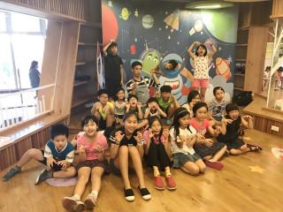 桃園市立圖書館5分館大變身,讓小朋友們體驗太空中閱讀的樂趣。