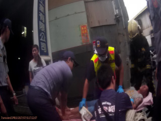 警方將想自焚男子送醫。林重鎣攝