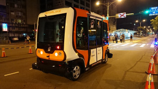 8月1日~8月5日每日凌晨1時~凌晨4時,台北市在信義路四段雙向公車專用道(復興南路─敦化南路段),進行自動駕駛小巴士EZ10的封閉場域的自動駕駛路試。(圖/記者江明翰攝)